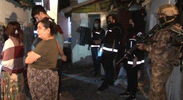 Sokak ortasında uyuşturucu satışına polis baskını
