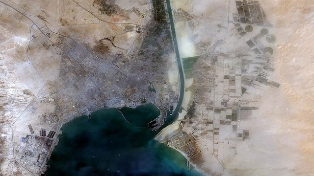 Süveyş Kanalı'nda bir gemi karaya oturdu