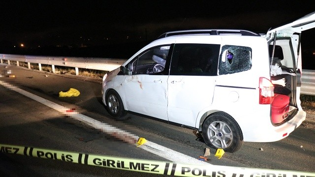 TEM'de feci kaza! Lastik değiştiren kardeşleri kamyon ezdi