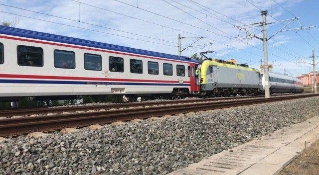 Tuzla'da YHT ile başka bir tren kafa kafaya çarpıştı