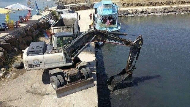 Van Gölü'nde kuraklığın geldiği nokta: İş makineleri tekneler için yol açtı