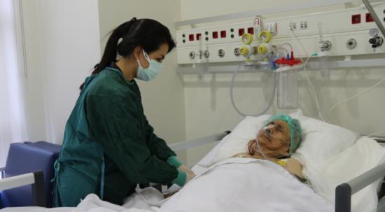 Asırlık çınar virüse karşı yaşam mücadelesini kazandı