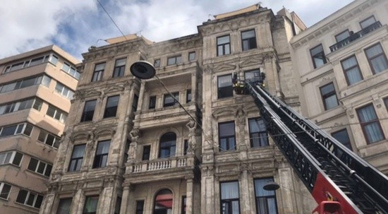 Beyoğlu'nda tarihi otelde yangın