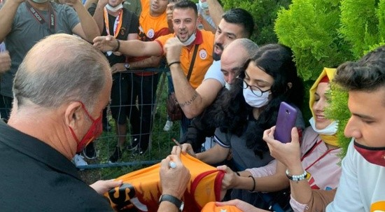 Galatasaraylı taraftarlardan Fatih Terim'e destek