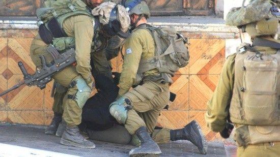 İşgalci İsrail askerleri 10 yaşındaki İsmail'i döve döve gözaltına aldı