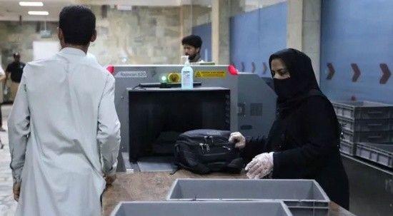 Kabil havalimanında çalışan kadın personeller görevlerine geri döndü