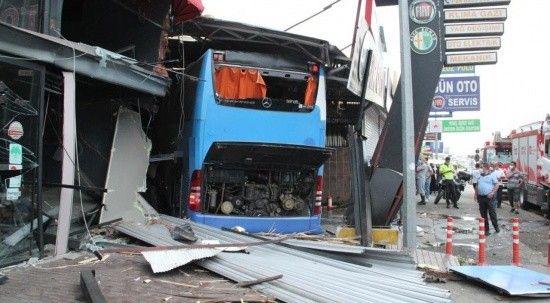 Karşı şeride geçen otobüs önce otomobile çarptı, ardından iş yerine daldı