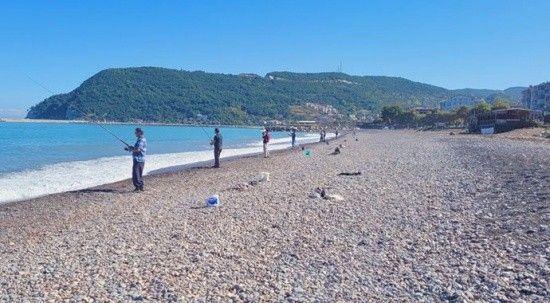 Kastamonu'da oltasını alan denize koştu! Kova kova balık tuttular