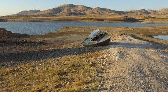 Kırkat Göleti'nde korkunç görüntü! Suyun ortasında bulunan tekne karaya oturdu