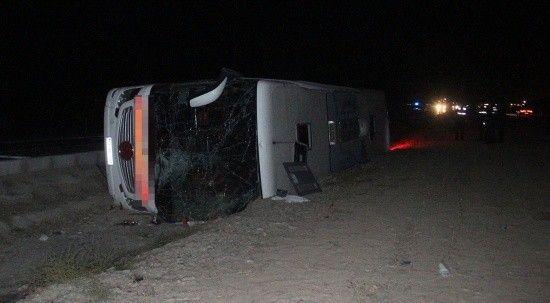 Konya'da yolcu otobüsü devrildi: Çok sayıda yaralı var