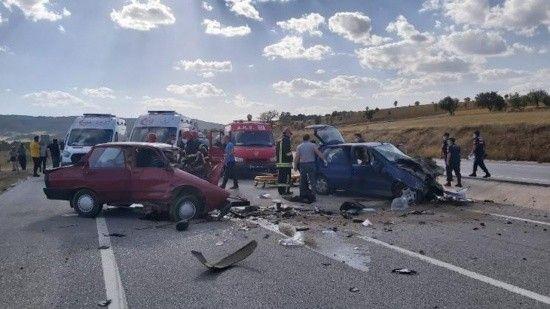 Kütahya'da 2 otomobil çarpıştı, ölü ve yaralılar var