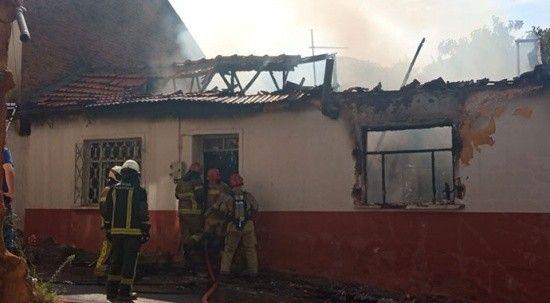 Madde bağımlısı evi yaktı! Mahalleli birbirine girdi