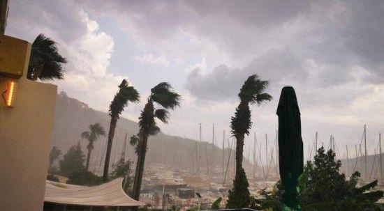 Marmaris'te sağanak yağış hayatı olumsuz etkiledi