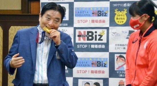 Olimpiyat madalyasını ısıran Japon belediye başkanı virüse yakalandı