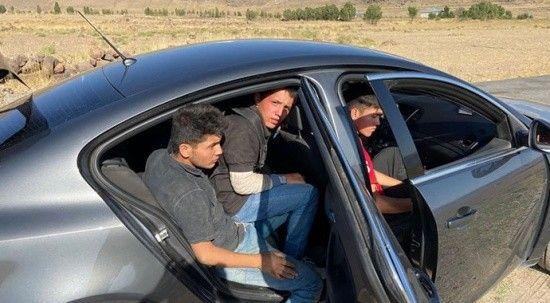 Şüphe üzerine durduruldu! 3 düzensiz göçmen ile 3 organizatör yakalandı