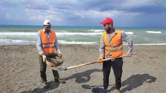 Suriye'den gelen petrol atıkları Hatay'da elekle temizliyorlar