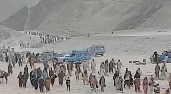 Taliban'dan kaçış sürüyor! Binlerce kişi kendini çöle attı