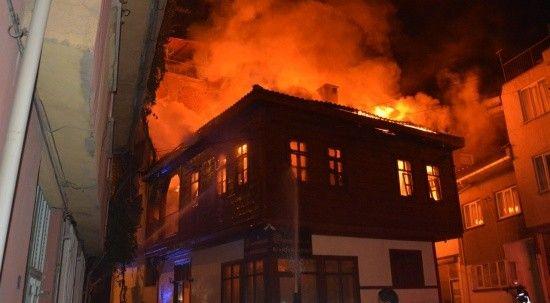 Tarihi konaktaki yangın söndürüldü