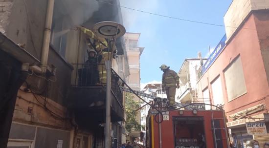Yangının ortasında bayılan yaşlı adamı itfaiye eri kurtardı