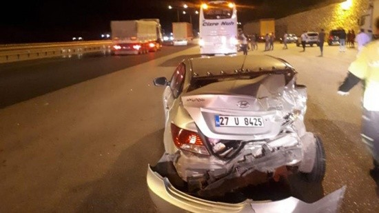 Yolcu otobüsü otomobile çarptı, yaralılar var
