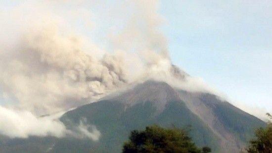 Yüzlerce kişiyi öldüren yanardağ yine faaliyete geçti