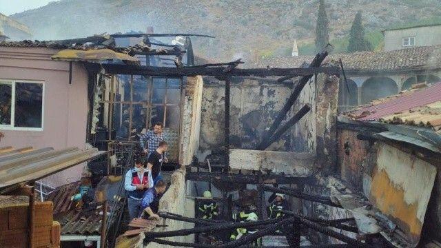 Bir evde başlayan yangın, 2 eve daha sıçradı: Bir kişi öldü