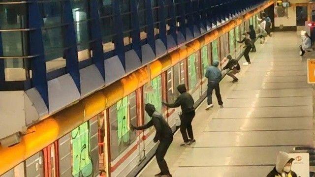 Çekya'da bir grup maskeli şahıs metroyu boyadı