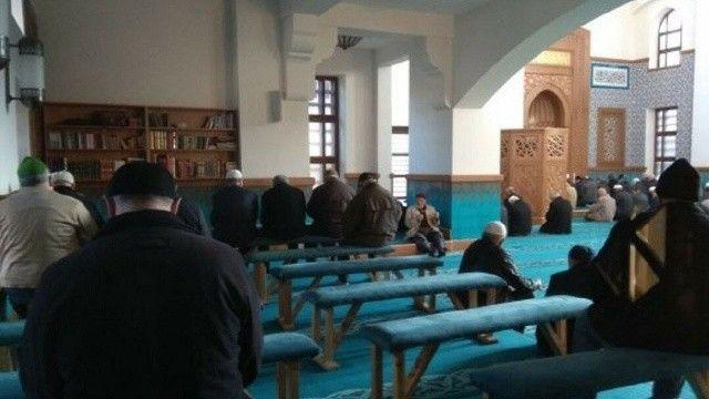 Diyanet'ten uyarı: Cami içlerine sıra koymayın