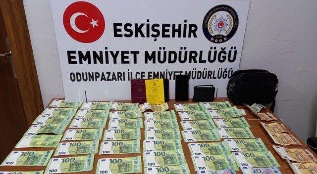 Duyarlı vatandaş yolda bulduğu para dolu çantayı polise teslim etti
