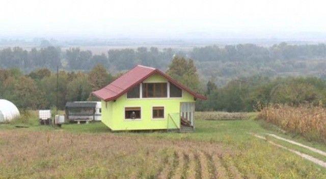 Eşini memnun edebilmek için 360 derece dönen ev inşa etti