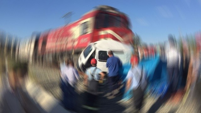 Feci kaza! Yük treni otomobili biçti