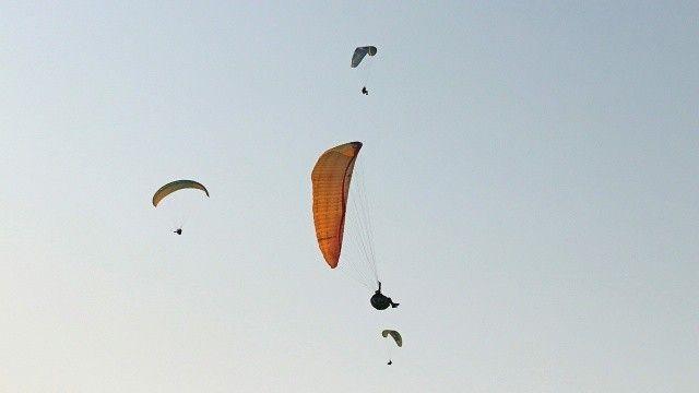 Gökyüzünde korkunç anlar! İki paraşüt çarpıştı