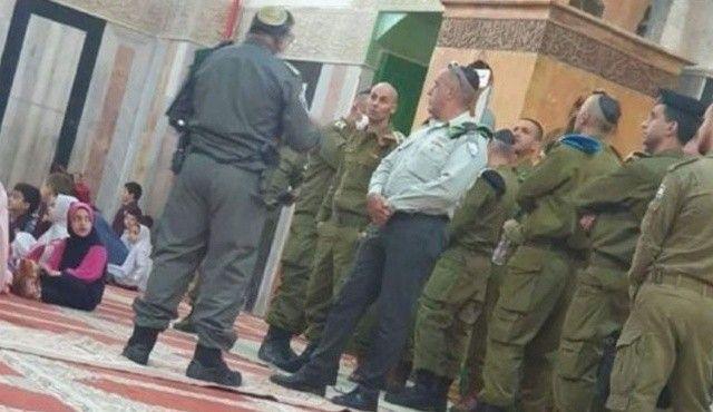 İsrail askerleri küstahlıklarının fotoğrafını çektiler