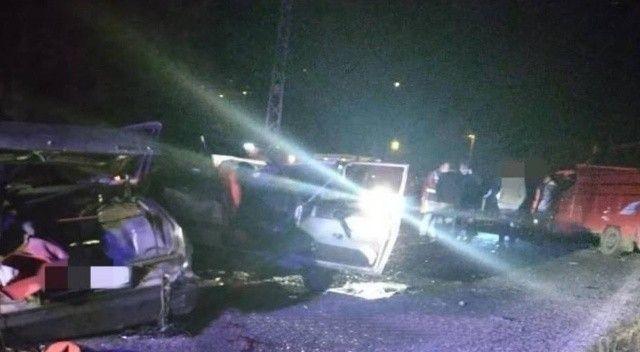 Kamyonet ile otomobil çarpıştı: Ölü ve çok sayıda yaralı var