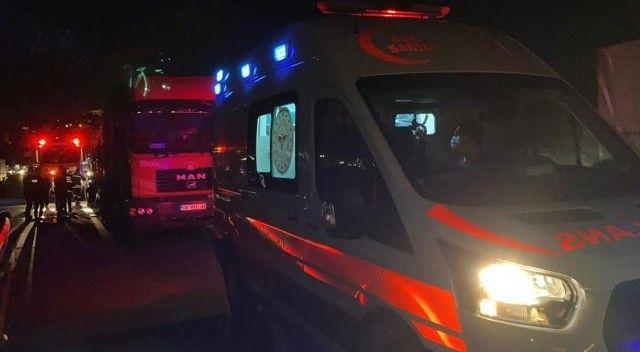 Kamyonet sürücüsü kağıt gibi olan şoför kabininde sıkışarak yaralandı