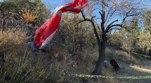 Kayalık alana çarpan paraşütçü hayatını kaybetti