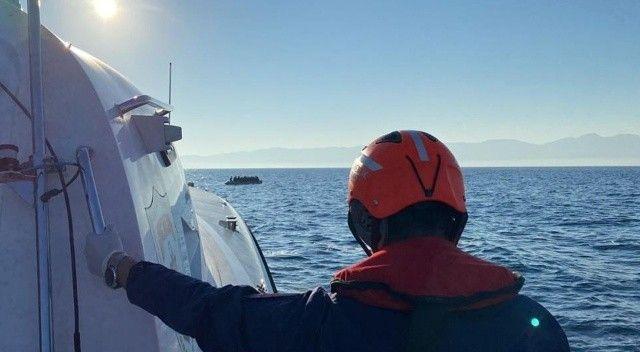 Lastik botlar içerisinde 19 göçmen kurtarıldı