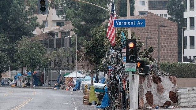 Los Angeles'ta evsiz istilası: Sokaklarda kamp kurdular