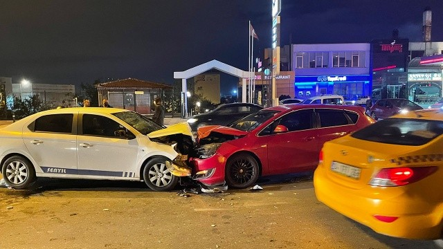 Pendik'te iki araç kafa kafaya çarpıştı, 6 kişi yaralandı
