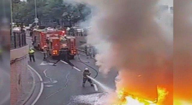 Taksim'de servis minibüsü alev alev yandı