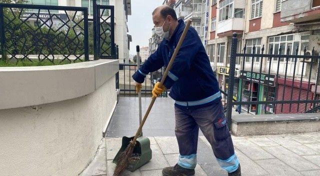 Temizlik işçisi yolda bulduğu para dolu çantayı sahibine teslim etti