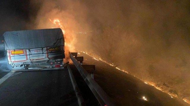 Tırın lastikleri tutuştu, makilik alan yandı, kuru fasulyeler zarar gördü