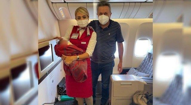 Uçakta doğum yaptıran Türk cerrah ABD basınında