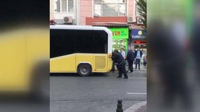 Yine arıza, yine İBB: Fatih'te İETT otobüsü vatandaşlar tarafından itildi
