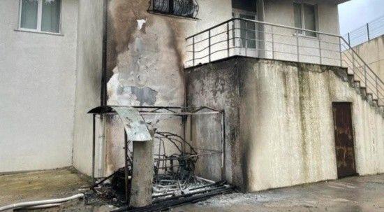 Elektrikli motosiklet alev aldı, apartman yanmaktan son anda kurtuldu