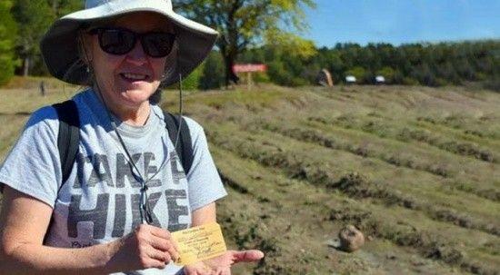 Eşiyle beraber parkta dolaşırken 4.38 kartlık elmas buldu!
