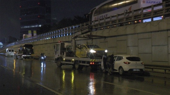 Kozyatağı'nda zincirleme kaza: 5 araç birbirine girdi