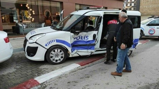 Polis ekibi kaza yaptı: 3 yaralı