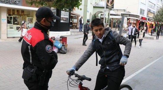 Polisi gören maskesiz vatandaş şapkasının arkasına saklandı