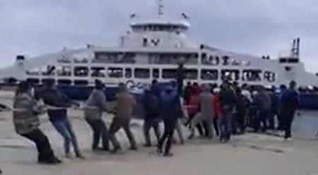 Yolcu gemisini halatla kıyıya çektiler